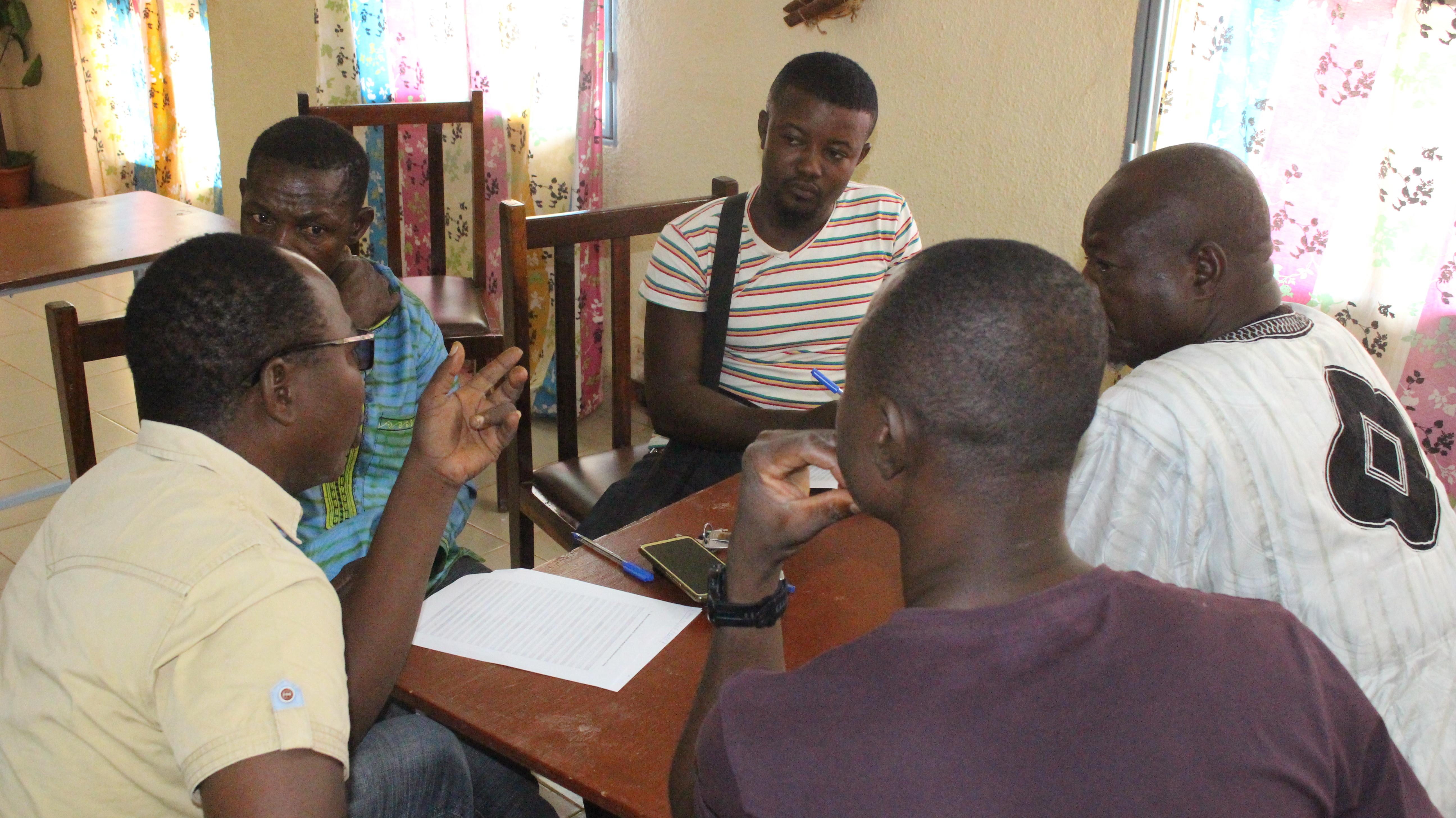 Participantes practicando sus respuestas juntos