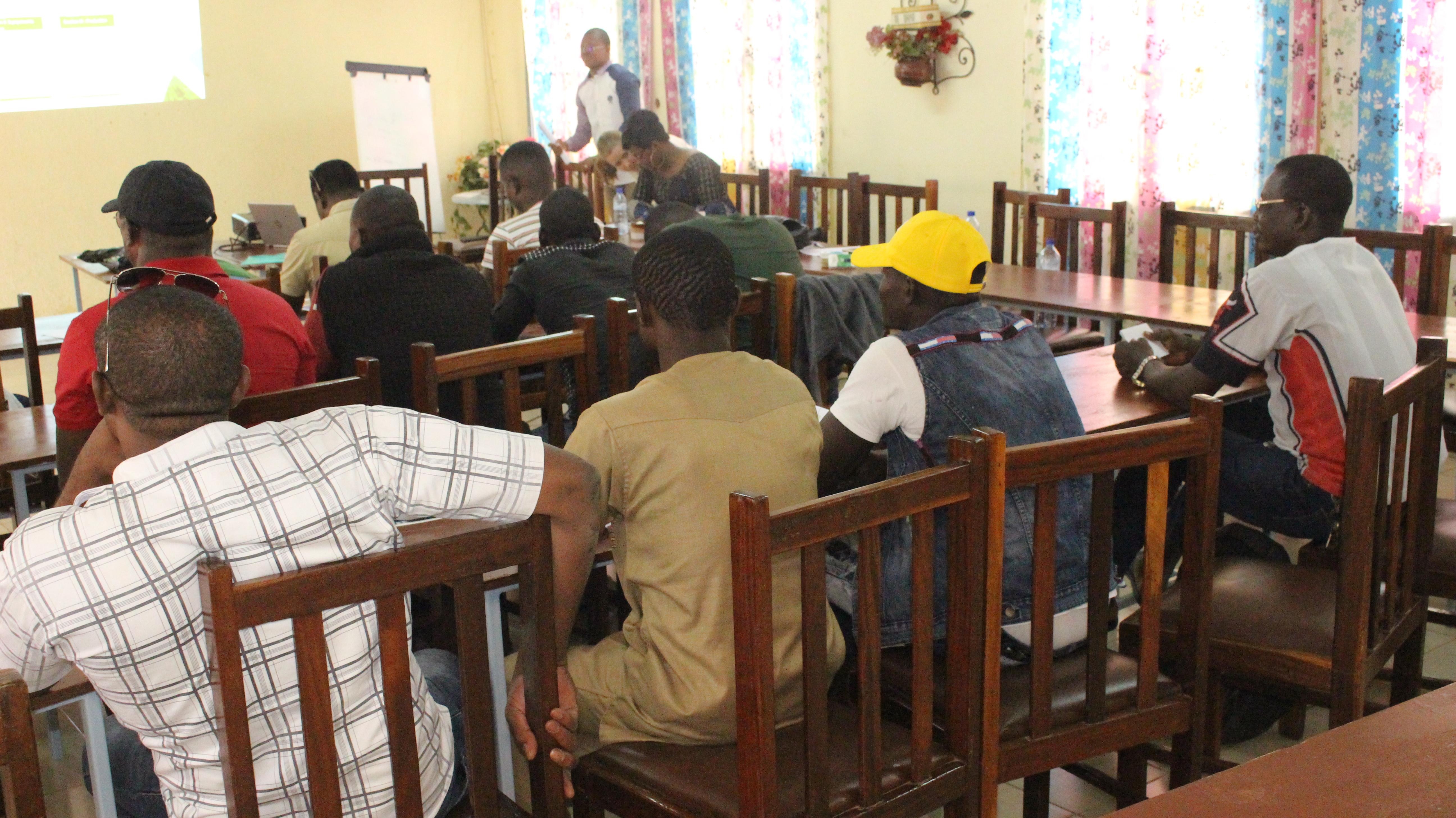 Participantes del taller escuchando la presentación