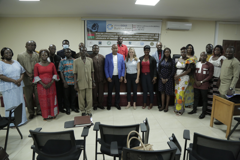 Foto de grupo de las partes interesadas del gobierno y planetGOLD Equipo de Burkina Faso desde el primer taller