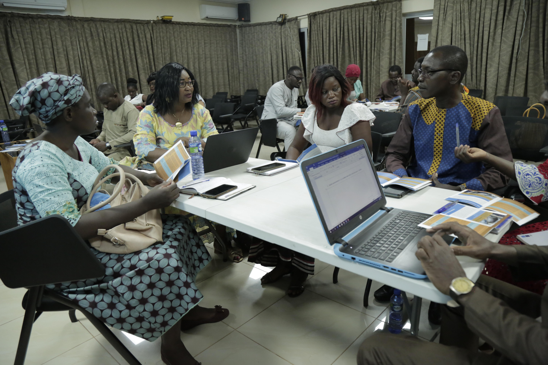 Participantes que participan en una actividad de trabajo en grupo.