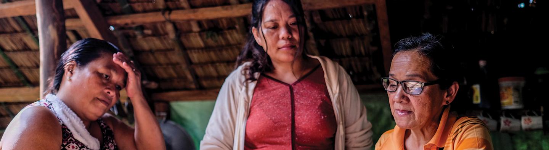 Mujeres con libro mayor en Filipinas