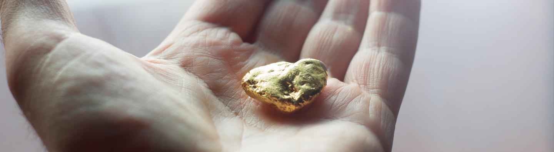 Pepita de oro de mano