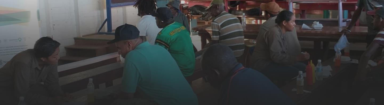 El personal del proyecto habla con mineros en Guyana