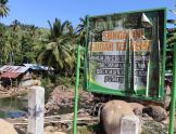 Señal de advertencia de contaminación por mercurio en el río en Indonesia