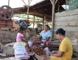 Mujeres triturando mineral