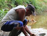 Un barequero o panner de oro en Colombia
