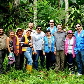 Foto grupal con la líder comunitaria Bertha