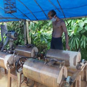 Minero en Indonesia con mascarilla
