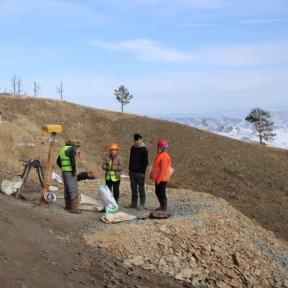 Mineros por un pozo asegurado, sitio Bulag-1, provincia de Selenge, Mongolia
