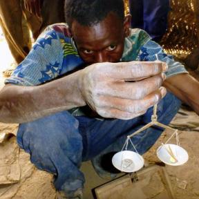Comprador de oro, Burkina Faso Foto: Kevin Telmer, AGC