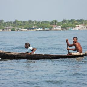 Hombres en bote Colombia