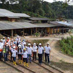 Mineros con cascos en Ecuador