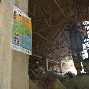 Póster de seguridad de COVID colgado en una mina de Filipinas
