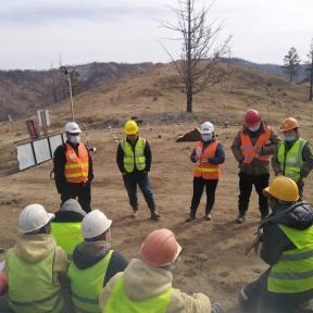La oficina del gobernador local visitó el sitio de la mina en la aldea de Tunkhel, soum de Mandal, provincia de Selenge en marzo y abril para compartir información sobre la prevención del COVID-19 con los mineros artesanales y de pequeña escala. ONG Baatar Vangiin Khishig Kholboo