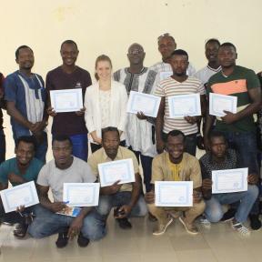 Participantes con sus certificados después de completar el taller.