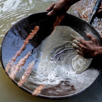 Minero en Filipinas buscando oro usando mercurio
