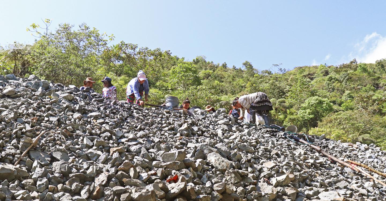 Mujeres selectoras de minerales en Cauca Colombia clasifican a través de un montón de rocas