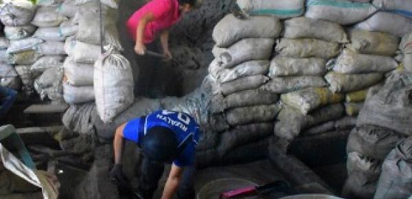 Mujeres sacan mineral en una planta procesadora - imagen de AGC Filipinas